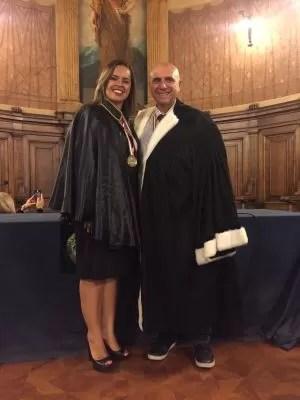 Renata Cézar recebe medalha do Magnífico Reitore Antonio Felice Uricchio na Università Degli Studi Di Bari Aldo Moro (Foto: Arquivo Pessoal/ Renata Cézar)