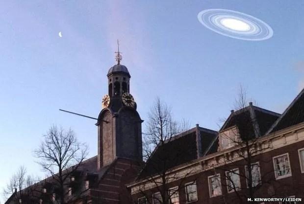 Esta imagem mostra como o sistema seria visível na Terra caso estivesse no lugar de Saturno (Foto: N. Kenworthy/Leiden/BBC)