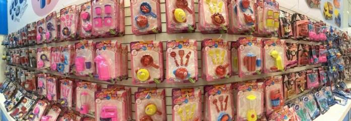 Desde 2015, a Zuca Toys oferece brinquedos populares de cuidados com a casa em versões coloridas, para atender às mães que querem ensinar igualdade de gênero aos filhos meninos (Foto: Ana Carolina Moreno/G1)