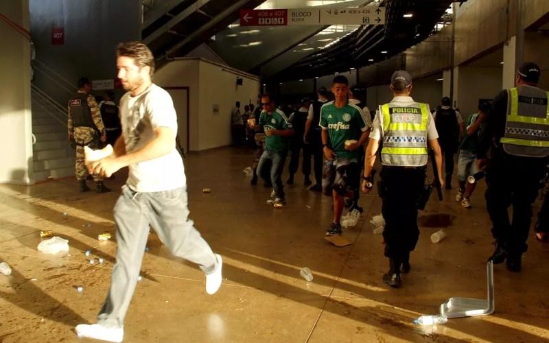 Área interna do anel superior do Mané Garrincha, em Brasília, com PMs e torcedores, após confronto no intervalo de jogo entre Flamengo e Palmeiras — Foto: Polícia Militar/Divulgação