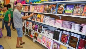 Milton Magalhães escolhe o material escolar da filha (Foto: Magda Oliveira/G1)