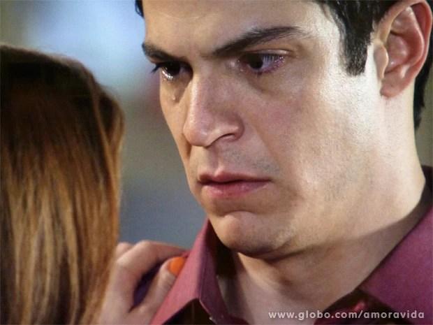 Félix chora e tem um lampejo de sinceridade (Foto: Amor à Vida/TV Globo)