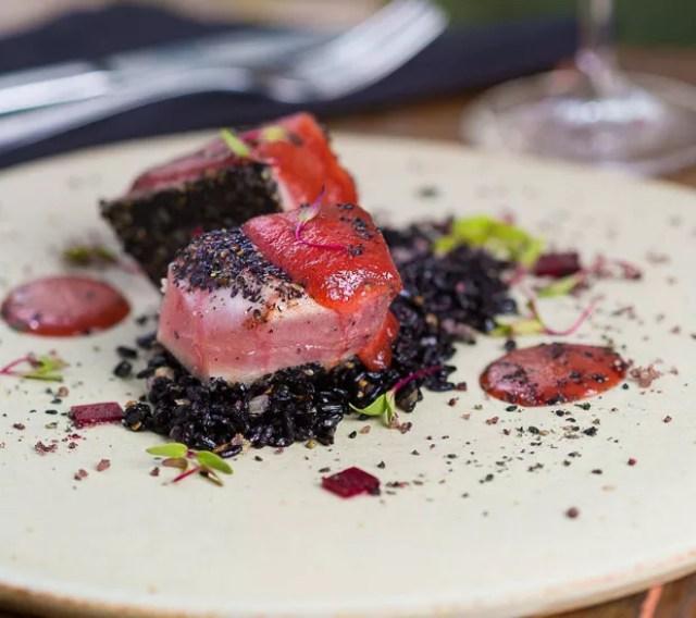 Degradé de atum com arroz negro, molho de beterraba e legumes tostados (Foto: Raphael Criscuolo/Divulgação)