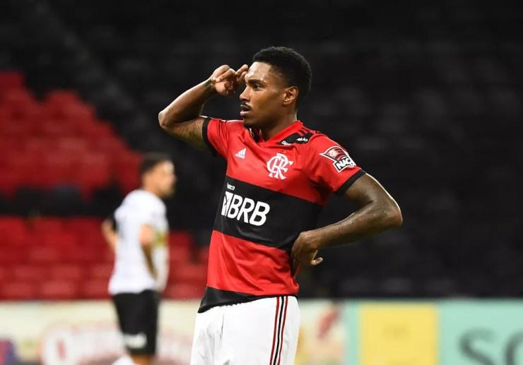 Vitinho comemora gol pelo Flamengo contra o Volta Redonda — Foto: André Durão