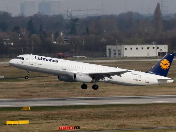 Avião com parentes de vítimas decola de Düsseldorf, na Alemanha, nesta quinta (Foto: Reuters)