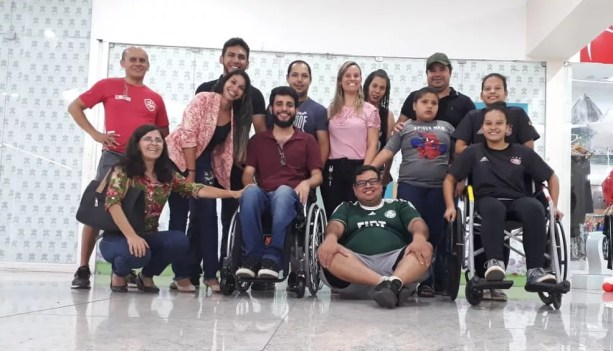 Amigos de Airton Ferreira Gonçalves (de barba, na cadeira de rodas) fizeram vaquinha para ajudar no tratamento dele — Foto:  Airton Ferreira/Arquivo Pessoal