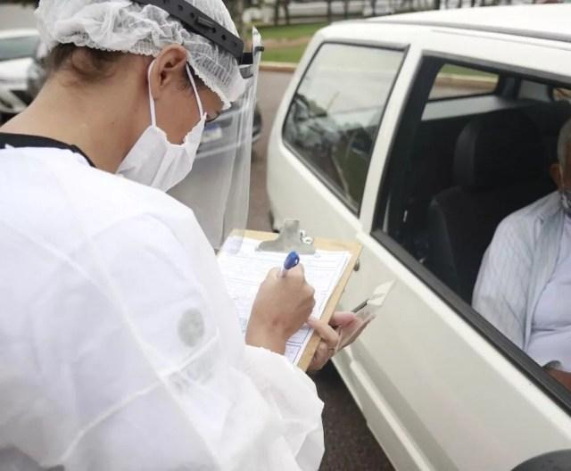 Idoso recebendo vacina contra a Covid-19 em drive thru em Rondônia — Foto: Prefeitura de Vilhena/Divulgação