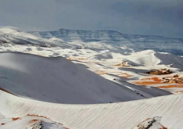 Dunas do Saara cobertas de neve no dia 7 de janeiro de 2018 (Foto: Reprodução/TV Globo)
