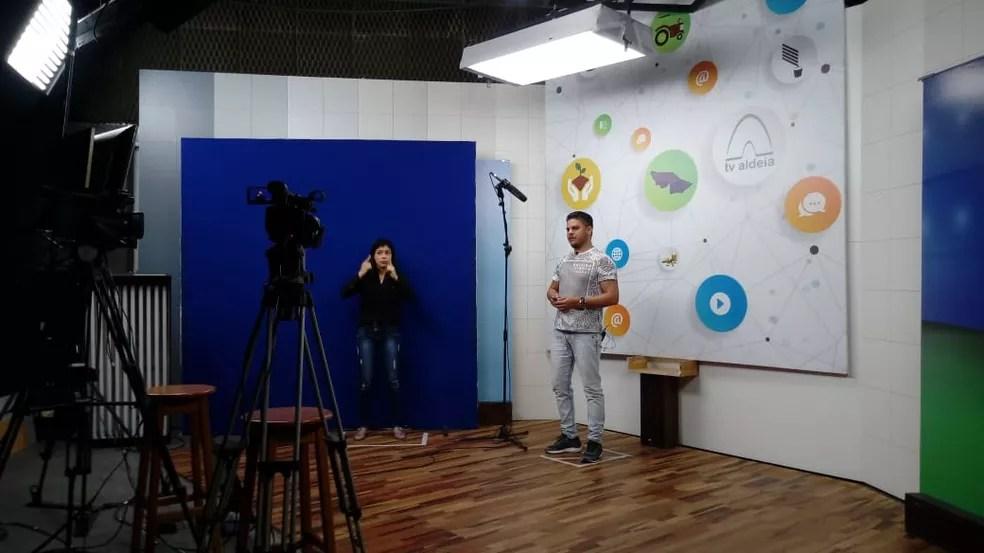 Aulas são transmitidas pela TV e rádios para alunos da rede pública do Acre — Foto: Secom