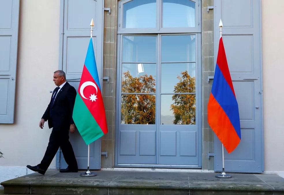 Bandeiras de Azerbaijão e Armênia, lado a lado, durante reunião entre representantes dos dois países em Genebra, na Suíça, em outubro de 2017 — Foto: Denis Balibouse/Arquivo/Reuters