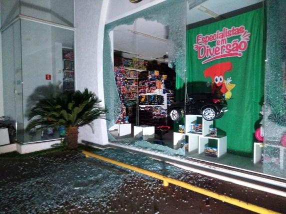 Loja em Araçatuba (SP) ficou danificada após ataque de bandidos — Foto: Márcio Zeni/Divulgação