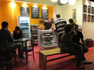 Café recebe público que espera por peça do Núcleo Experimental  (Foto: Nathália Duarte/G1)