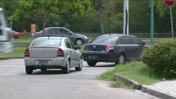 Carros deixam o condomínio onde vive Jorge Picciani, presidente da Alerj, na Barra da Tijuca (Foto: Reprodução/GloboNews)