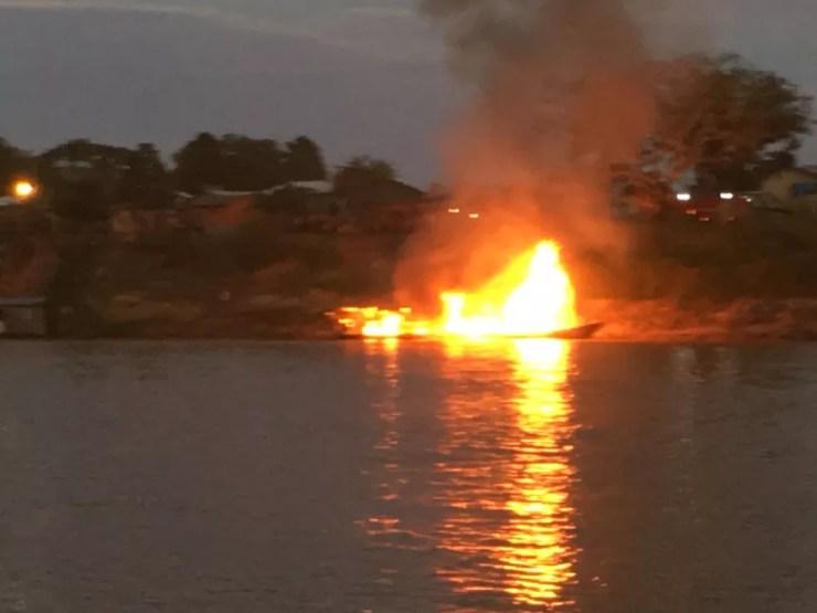 Barco explodiu no Rio Juruá, em Cruzeiro do Sul, nesta sexta-feira (7) — Foto: Gledisson Albano/Rede Amazônica Acre