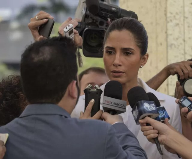 Regina fica indiganada e se defende (Foto: Raphael Dias/Gshow)