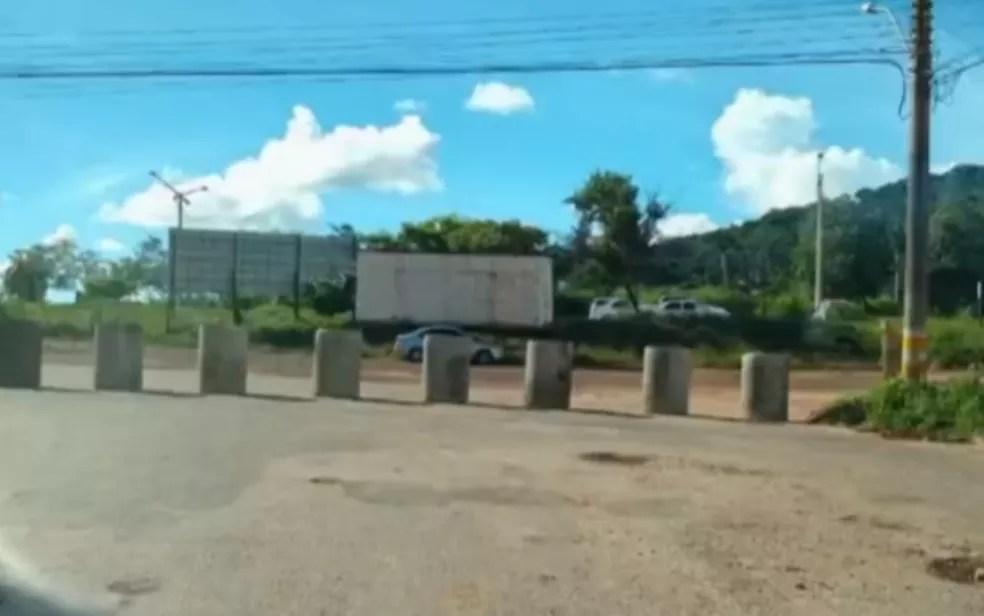 Cidades goianas bloqueiam acessos, em Goiás — Foto: Reprodução/TV Anhanguera