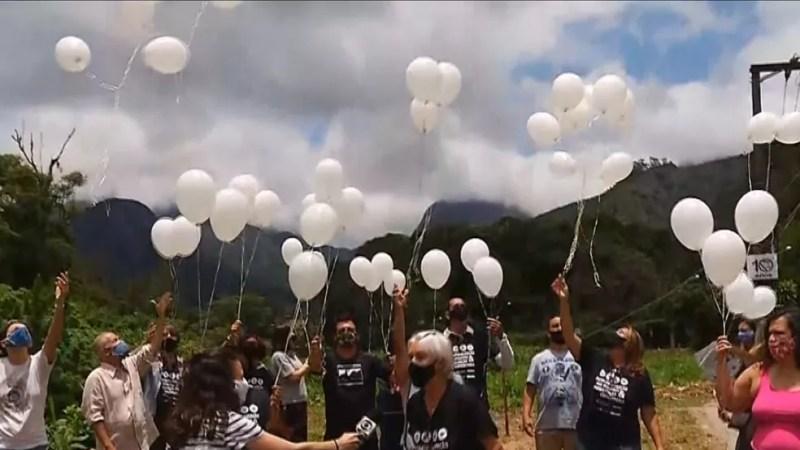 Moradores soltam balões brancos em homenagem às vítimas da tragédia na Serra do RJ — Foto: Reprodução/Inter TV