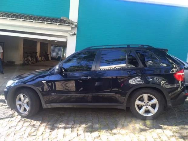 Carros são apreendidos pela PF na casa de Luma de Oliveira (Foto: Janaína Carvalho/G1)