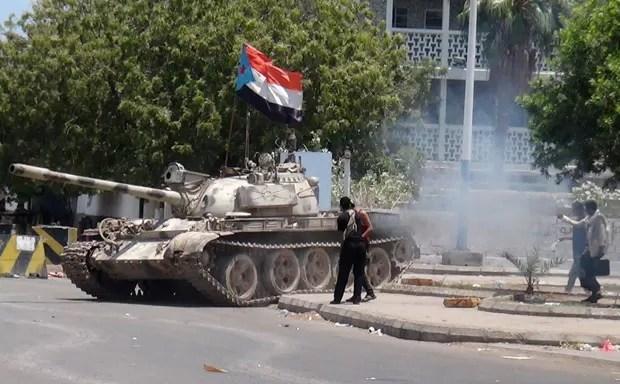 Tanque com bandeira separatista confiscado de depósito é visto em rua da cidade de Aden, no Iêmen, nesta sexta-feira (27) (Foto: Saleh Al-Obeidi/AFP)