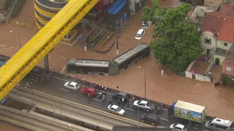 Ônibus ilhado em meio a alagamento em SP — Foto: Reprodução/TV Globo