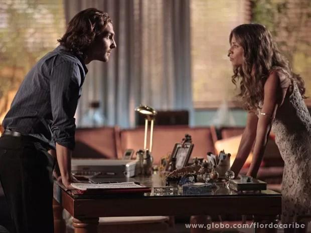 Alberto joga sujo com Ester e ela cede a chantagem (Foto: Flor do Caribe / TV Globo)