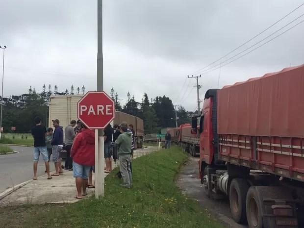 Protesto de caminhoneiros na BR-280 em São Bento do Sul (Foto: Cinthia Raasch/RBS TV)