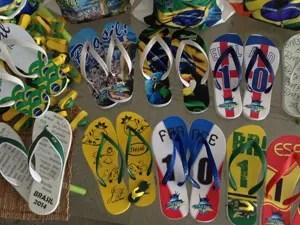 Há chinelos com tema de vários países (Foto: Divulgação)