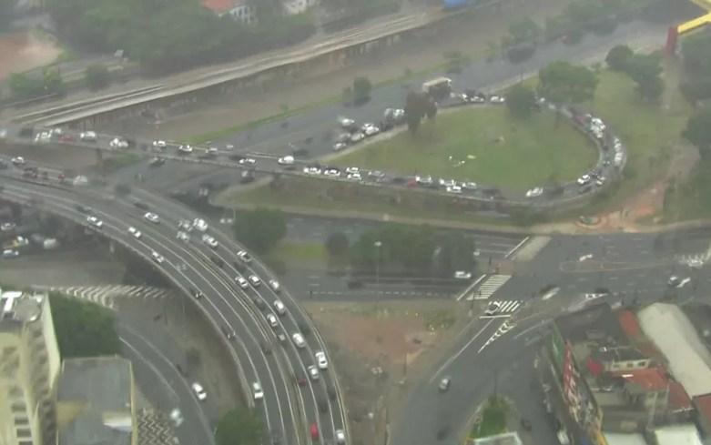 Trânsito na alça de acesso da Avenida do Estado — Foto: TV Globo/Reprodução