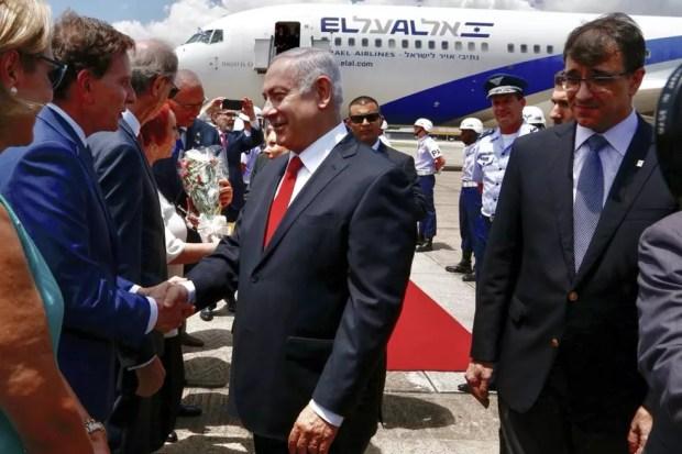 O premiê de Israel, Benjamin Netanyahu, aperta a mão do prefeito do Rio de Janeiro, Marcelo Crivella — Foto: Prefeitura do Rio de Janeiro