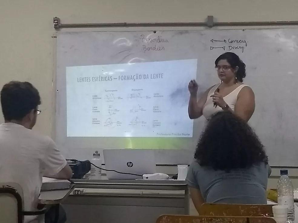 Professora voluntária dá aula no Vestibular Cidadão — Foto: Arquivo Pessoal