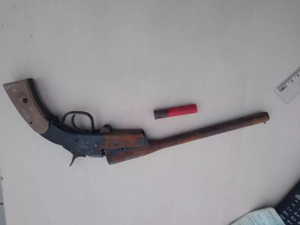 Arma foi apreendida com o suspeito de ter matado um agricultor em Mirante da Serra — Foto: Reprodução/Anoticiagora