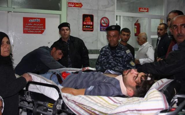 Ferido é socorrido em hospital em Sulaimaniyah, no Iraque, após terremoto no domingo (12) (Foto: Shwan Mohammed/AFP)