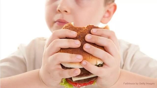 Má alimentação está entre as principais causas da obesidade infantil — Foto: Istock Getty Images