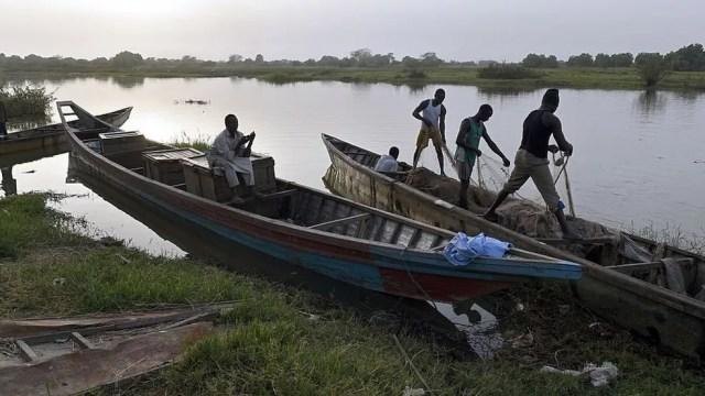 Lago chegou a ter mais de 130 espécies de peixes; a pescaria é uma das únicas fontes de renda e de alimentação para muitos que vivem perto dele (Foto: Getty Images)