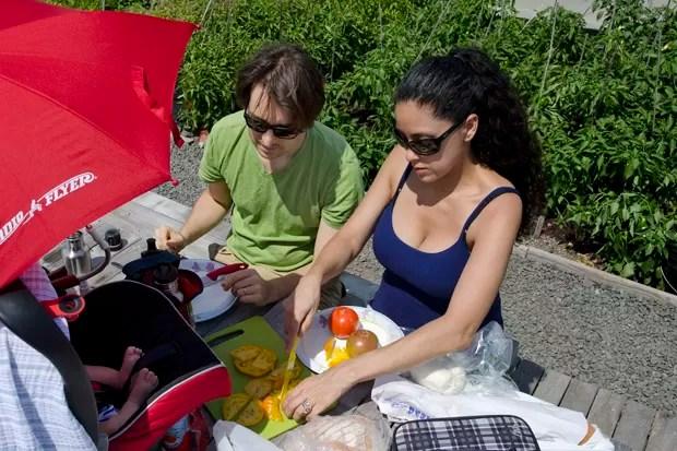 Impossível sair da horta sem comprar algum produto. Krishna e Tamino Castro acabam fazendo um piquenique com tomates, pepinos e manjericão orgânicos (Foto: Haroldo Castro/ÉPOCA)