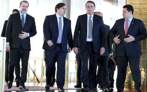Bolsonaro recebeu na terça (28), no Palácio da Alvorada, os presidentes da Câmara, Rodrigo Maia, do Senado, Davi Alcolumbre, e do STF, Dias Toffoli, para negociar um 'pacto' em torno das reformas — Foto: Marcos Correa/Brazilian Presidency/Handout via REUTERS