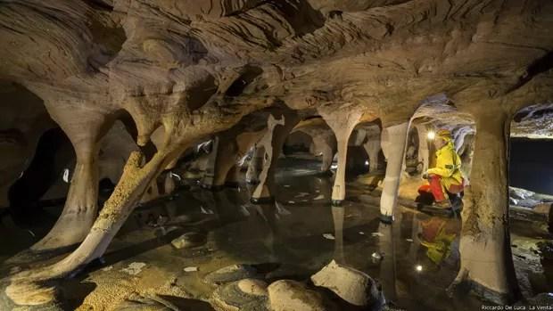 """Sauro explica que, diferente de cavernas em outras partes do mundo, estas não são compostas de calcário, e sim feitas de uma rocha mais diversificada e antiga, criada há 1,8 bilhão de anos. """"É um novo mundo que você tem que ir descobrindo e estudando lentamente"""", se anima (Foto: Riccardo De Luca/La Venta)"""