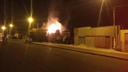 Carga pegou fogo após batida — Foto: Divulgação