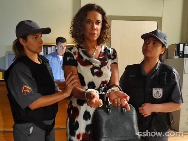 Branca é presa depois de se exaltar na frente de juíza (Foto: Em Família/ TV Globo)