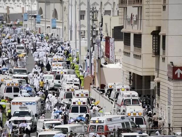 Ambulâncias sauditas chegam com peregrinos feridos a hospital em Mina, perto de Meca, após tumulto que deixou centenas de mortos nesta quinta-feira (24)1 (Foto: Mohammed Al-Shaikh/AFP)