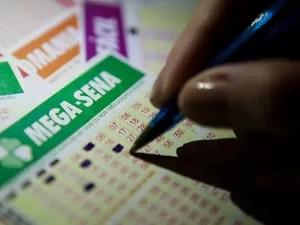 Cartelas de jogos de loterias. Mega-Sena. loteria, sorte, prêmio, dinheiro, bolada, riqueza, dinheiro. -HN- (Foto: Caio Kenji/G1)
