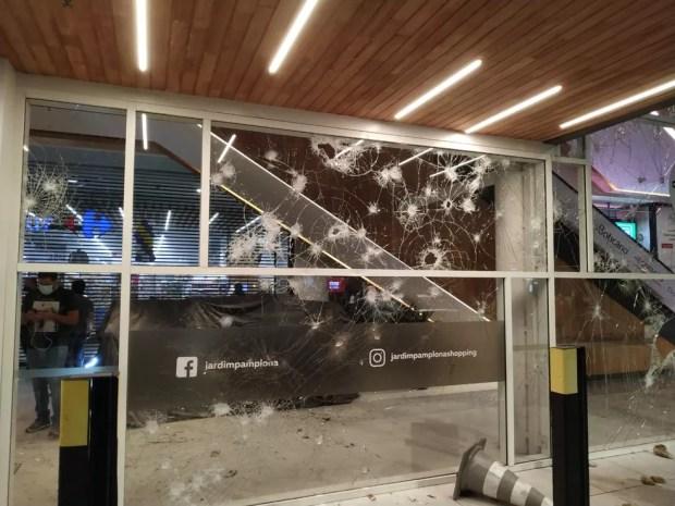 Paredes de vidro de shopping onde fica Carrefour ficou destruído após manifestação nesta sexta-feira (20) em SP — Foto: Divulgação