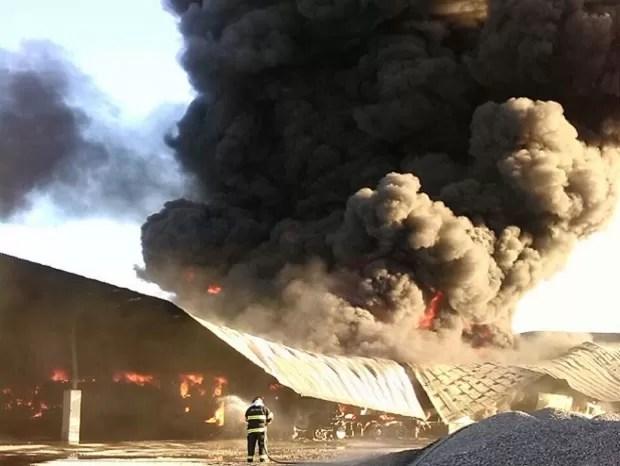 Bombeiros de Guaratinguetá atuam em Lorena para combater chamas. (Foto: Divulgação/Bombeiros)