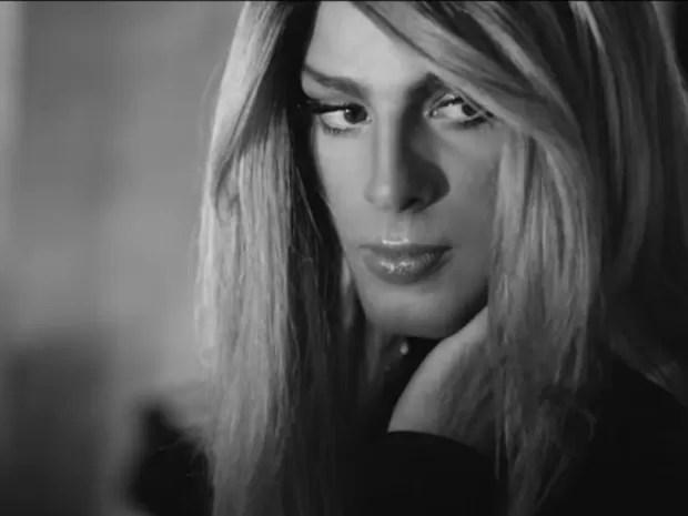Cauã Reymond interpreta travesti em clipe (Foto: Reprodução/YouTube)