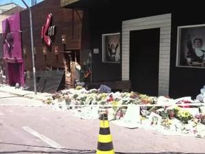 Homenagem de familiares de vítimas de incêndio em Santa Maria em frente à boate Kiss (Foto: Tatiana Lopes/G1)