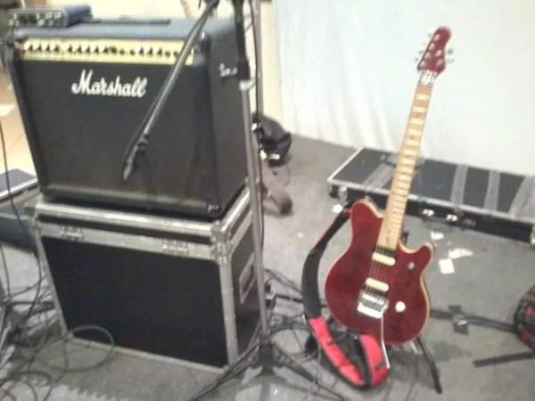 Guitarra está autografada desde 2009, morador de Sorocaba é fã do grupo  (Foto: Arquivo Pessoal)