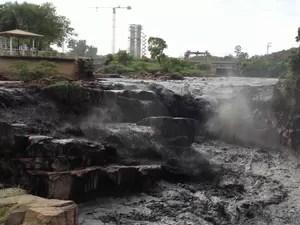 """Internauta registra """"água preta"""" no trecho do rio Tietê em Salto (Foto: Helena Lucila/Tem Você)"""