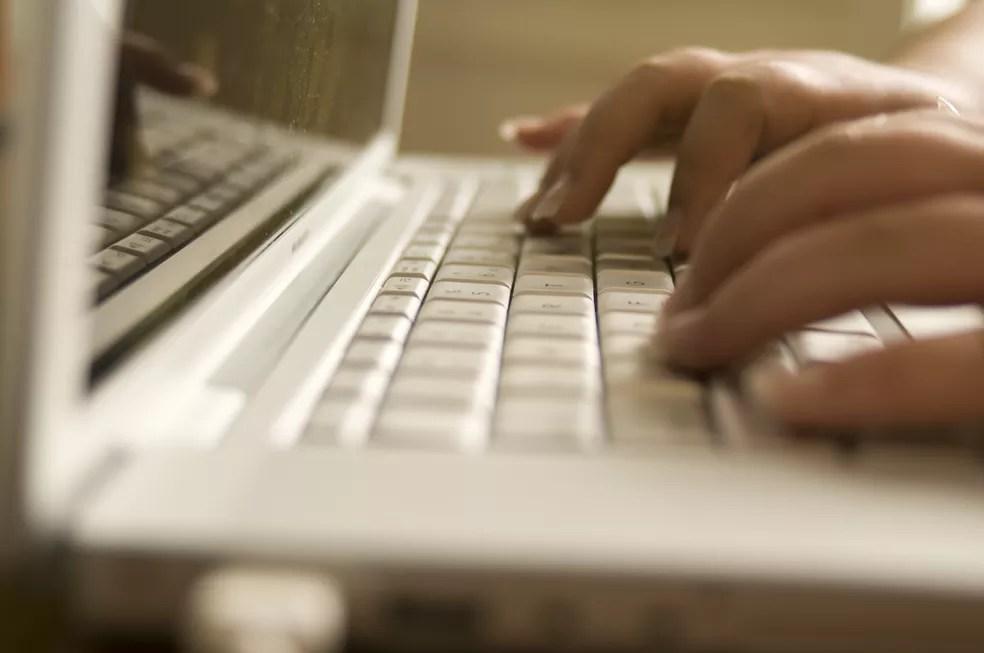 Mulher digita no computador, em imagem de arquivo — Foto: CDC/Amanda Mills
