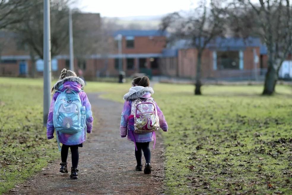 Crianças voltam às aulas no primeiro dia de retorno em meio ao relaxamento das restrições em Pitlochry, na Escócia, no dia 22 de fevereiro. — Foto: Russell Cheyne/Reuters