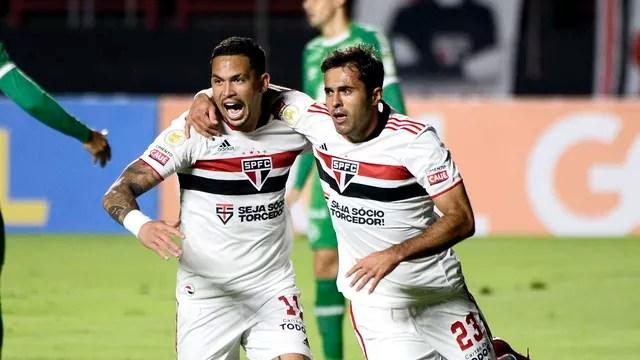 Luciano e Eder comemoram gol do São Paulo contra a Chapecoense